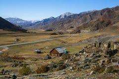 Område Kalbak-Tash och Chuya huvudväg i Altai berg arkivbilder