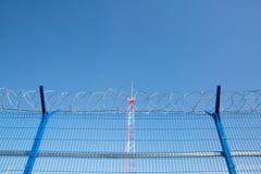 Område med försett med en hulling - tråd farligt område Privat territorium Energitorn royaltyfria foton