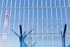 Område med försett med en hulling - tråd farligt område Privat territorium Energitorn arkivbild