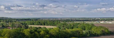 område moscow en panorama- sikt Landskap av en härlig dal med gröna träd och den lilla byn på bakgrunden för blå himmel Arkivfoton