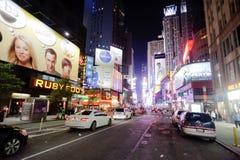 Område nära Times Square på natten Royaltyfria Bilder