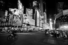 Område nära Times Square på natten Arkivbilder