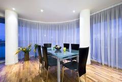 område som äter middag modernt öppet penthouseplan arkivbilder