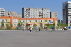 Område som åker skridskor i en stadsdomstolgård Arkivbild