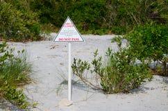 OMRÅDE STÄNGDE det miljökänsliga tecknet på kust- djura grogrunder Arkivbilder