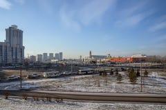 Områden av staden som förbiser shopping- och underhållningmitten, och vägen för att trafikera Arkivfoto