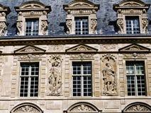 områdesbyggnader historiska le marais paris Arkivfoto