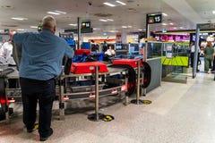 Omr?de f?r kontroll f?r Dublin, Irland, Maj 2019 Dublin flygplatsterminal 1, handbagage- och passagerare royaltyfri foto
