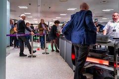 Omr?de f?r kontroll f?r Dublin, Irland, Maj 2019 Dublin flygplatsterminal 1, handbagage- och passagerare royaltyfria foton
