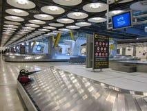 Område för bagagereklamation på den Barajas flygplatsen, Madrid, Spanien Arkivbild