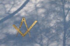 omringar fyrkantigt symbol för freemason Arkivbilder