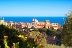Omringde het historische district Monaco-Ville van nature en het overzees Stock Afbeeldingen