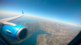 Omringende die landschap en turbine van de vliegtuigen wordt gezien stock footage
