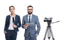 omroepers met digitale tablet die zich dichtbij TV-videocamera bevinden, stock afbeeldingen