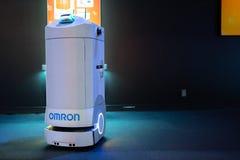 Omron pomocniczy robot przy eksponatem obraz royalty free