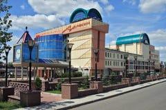 Omsk, budować stanu theatre kukła, aktor, maskowy arlekin Fotografia Stock