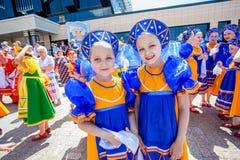 Omsk, Rússia - 12 de junho de 2015: Celebração do dia de Russiuan imagens de stock