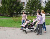 OMSK, RÚSSIA - 9 DE MAIO DE 2015: família feliz com os gêmeos das crianças na caminhada Imagens de Stock