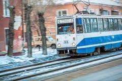 Omsk Rosja, Marzec, - 21, 2013: błękitni tramwaj przejażdżek poręcze Zdjęcie Royalty Free