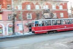 Omsk Rosja, Marzec, - 21, 2013: czerwoni tramwaj przejażdżek poręcze Zdjęcia Stock