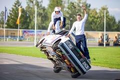 Omsk Rosja, Sierpień, - 03, 2013: Auto rodeo, samochodów wyczyny kaskaderscy Zdjęcie Royalty Free
