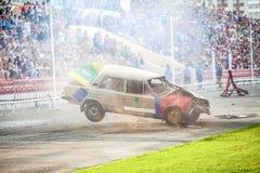 Omsk Rosja, Sierpień, - 03, 2013: Auto rodeo, samochodów wyczyny kaskaderscy Obrazy Royalty Free