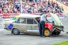 Omsk Rosja, Sierpień, - 03, 2013: Auto rodeo, samochodów wyczyny kaskaderscy Zdjęcie Stock