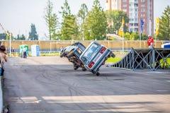 Omsk Rosja, Sierpień, - 03, 2013: Auto rodeo, samochodów wyczyny kaskaderscy Zdjęcia Royalty Free