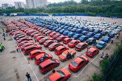 Omsk, Rusia - 22 de agosto de 2014: Flashmob de los automóviles Imágenes de archivo libres de regalías