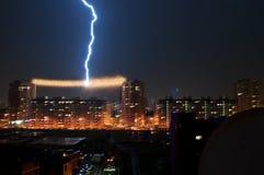 OMSK, RUSIA - 7 de agosto de 2012: La tempestad de truenos en la ciudad, relámpago pegó en la línea eléctrica entre las casas imagen de archivo