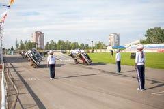 Omsk, Rusia - 3 de agosto de 2013: Rodeo auto, trucos del coche Fotografía de archivo libre de regalías