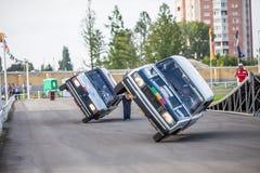 Omsk, Rusia - 3 de agosto de 2013: Rodeo auto, trucos del coche Imágenes de archivo libres de regalías