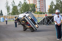 Omsk, Rusia - 3 de agosto de 2013: Rodeo auto, trucos del coche Fotografía de archivo