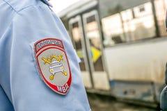 Omsk, Rusia - 10 de julio de 2015: la policía de tráfico ataca imagenes de archivo