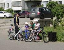 OMSK, RUSIA - 12 DE JUNIO DE 2015: ocio activo de la familia Foto de archivo libre de regalías