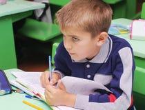 Omsk, Rusia - 24 de septiembre de 2011: colegial en el primer del escritorio de la escuela Fotos de archivo libres de regalías