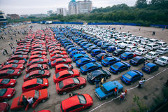 Omsk, Rusland - Augustus 22, 2014: Auto flashmob - Russische Vlag Stock Foto