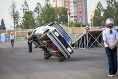 Omsk, Rusland - Augustus 03, 2013: Autorodeo, autostunts Stock Fotografie