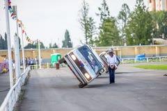 Omsk, Rusland - Augustus 03, 2013: Autorodeo, autostunts Stock Foto