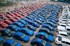 Omsk, Rusland - Augustus 22, 2014: Tricolorvlag door auto's Stock Foto's