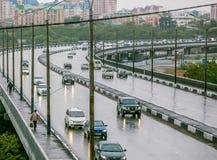 Omsk, Rusland - Augustus 19, 2013: verkeer op de weg Stock Foto's