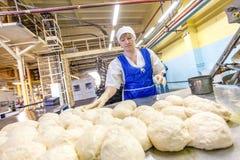 Omsk, Rusland - December 19, 2014: Arbeiders bij broodfabriek stock fotografie