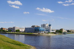 OMSK, RUSLAND - JUNI 12, 2015: Pijl van rivieren Om en Irtysh, mening van dijk Royalty-vrije Stock Afbeelding