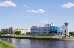 OMSK, RUSLAND - JUNI 12, 2015: rivierom dijk, mening van de bioskoopbouw Stock Foto