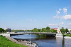 Omsk, Rusland - Mei 25, 2015: De zomermeningen van stad Royalty-vrije Stock Foto's