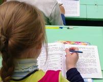 Omsk, Rusland - September 24, 2011: het schoolmeisje voert taak in les uit Royalty-vrije Stock Foto's