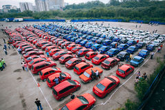 Omsk, Russia - 22 agosto 2014: Flashmob delle automobili Immagini Stock Libere da Diritti