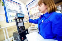 Omsk, Russia - 28 aprile 2011: Produzione della fabbrica del mattone Fotografia Stock