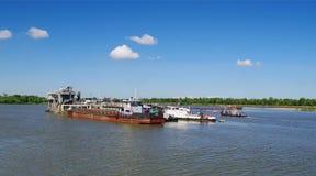 OMSK, RUSSIA - 28 giugno 2010: veicoli sul fiume Irtysh fotografia stock libera da diritti