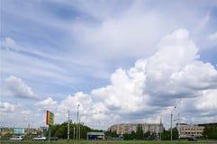 OMSK, RUSSIA - 16 MAGGIO 2009: Cielo scenico in nuvole sopra la città Immagine Stock